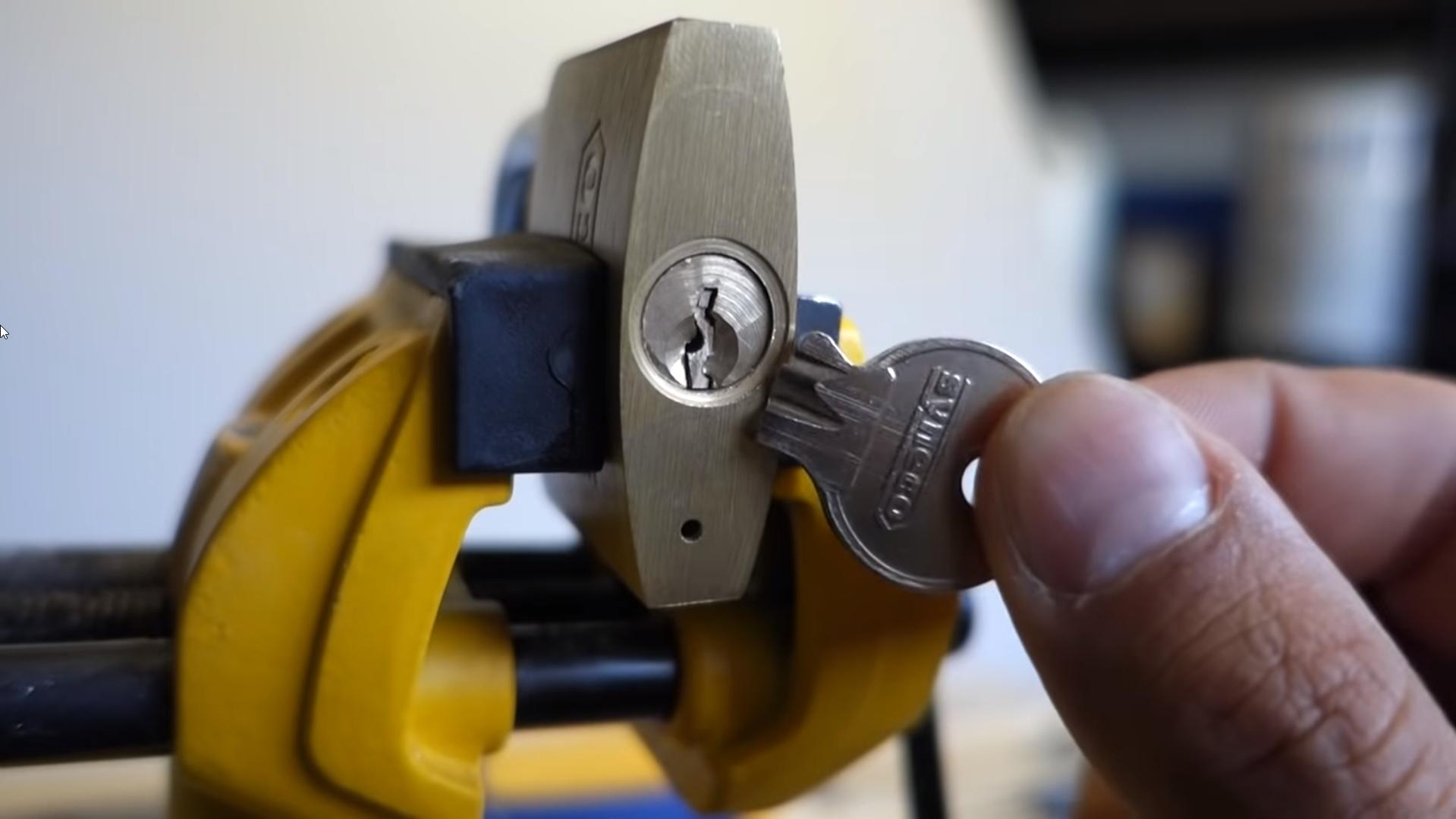 Lấy chìa khóa gãy ra khỏi ổ
