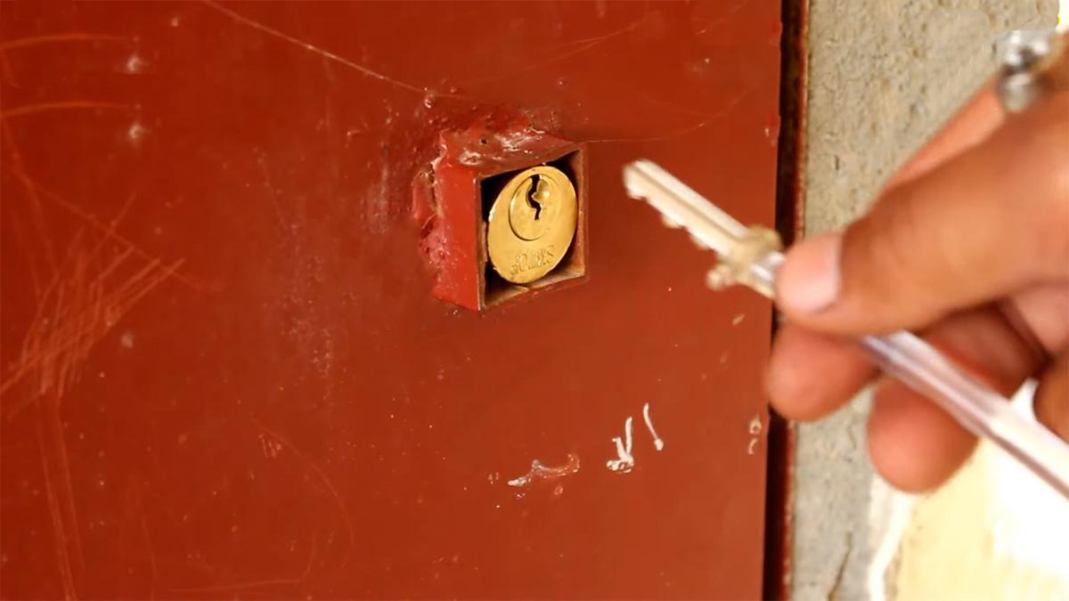 Cách lấy chìa khóa gãy ra khỏi ổ khóa